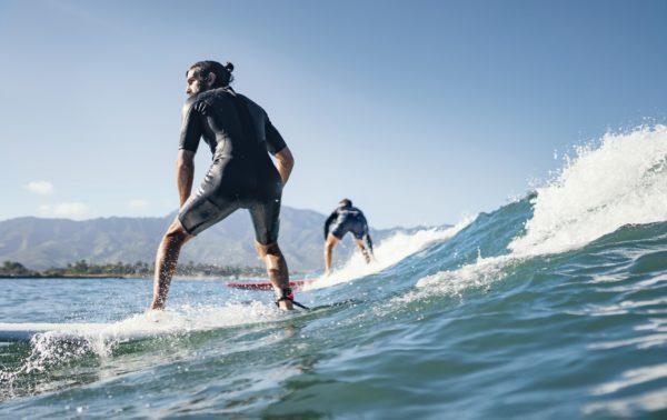 Comment bien choisir sa combinaison de surf ?